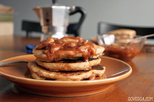 Vegan Apple-Cinnamon Pancakes with Apple Pie Sauce // govegga.com