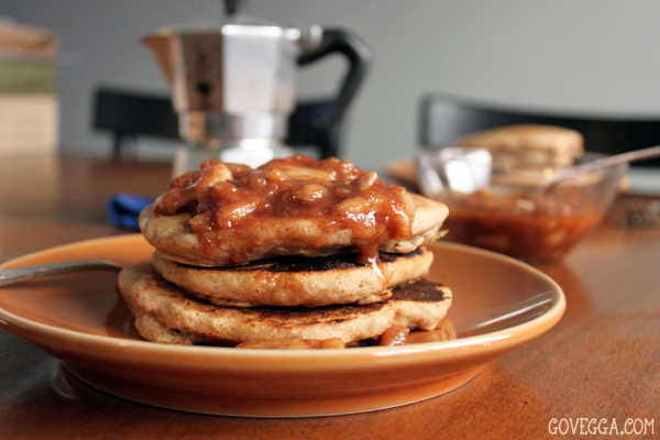 Vegan Apple-Cinnamon Pancakes with Apple Pie Sauce // govegga.com