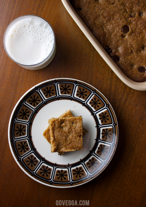 Vegan peanut butter chocolate chip blondies // govegga.com