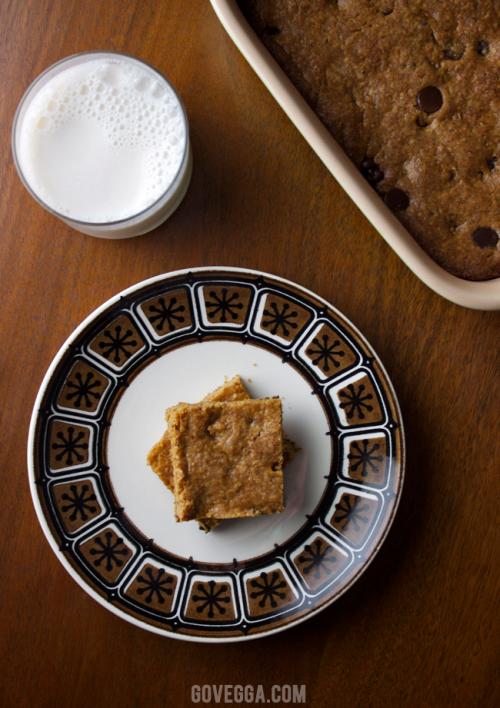 Vegan peanut butter chocolate chip blondies // govegga.com