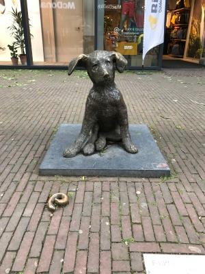 Pooping dog statue, Rotterdam